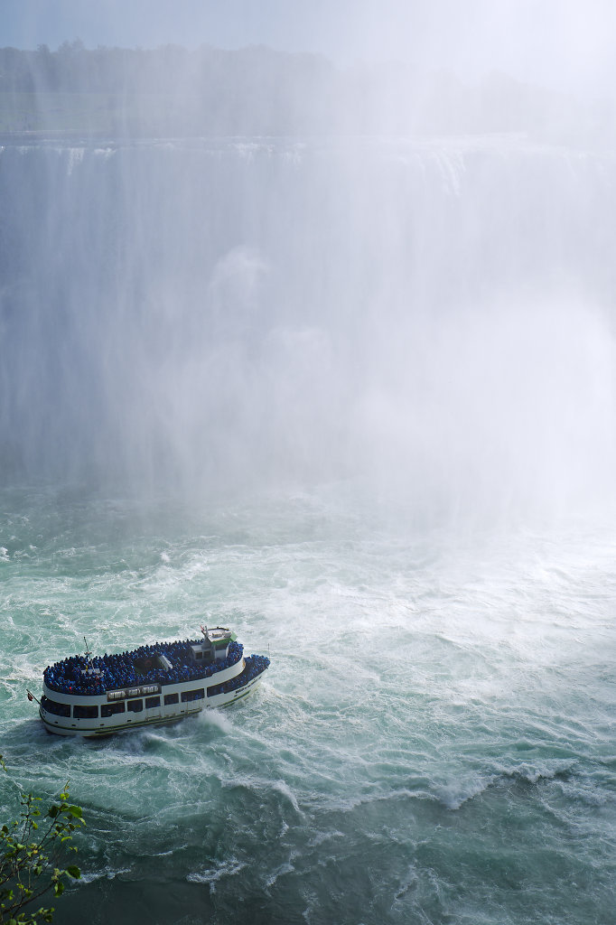 Maid of the Mist approaching Horseshoe Falls